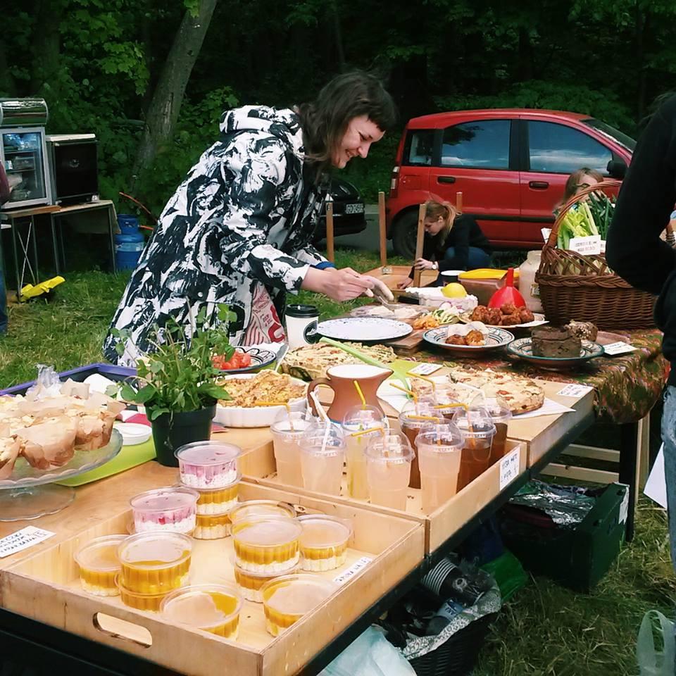 Od lewej: tapioka na mleku kokosowym z mango, z tyłu drożdżówki z rabarbarem, lemoniada lawendowa, tarty, weg mangurian, babka ziemniaczana i Maciejka :)